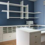mesa lacada y estantes