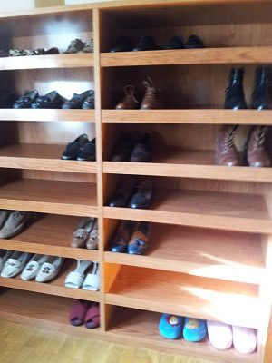 mueble zapatero con estantes