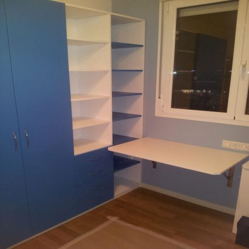 armario estanteria y mesa