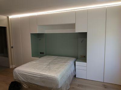 armario con altillo, cabecero y mesillas