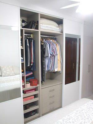 interior de armario con cajones y bandejas extraibles
